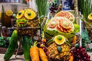 Nahaufnahme von niedlichen Früchte-Figuren und Lebensmittelkunst