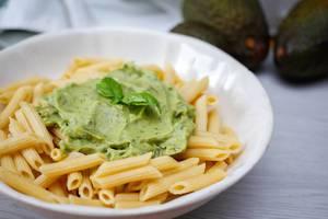 Nahaufnahme von Penne mit Avocado Pesto