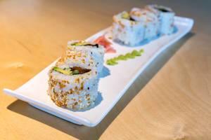 """Nahaufnahme von pflanzlichem Sushi """"Lucky No Meat"""" als fleischlose Mahlzeit, mit Tofu, Seitan, süßer Soße, Sesam, vegane Mayo und Röstzwiebeln"""