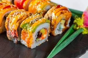 Nahaufnahme von Portion Sushi mit Lachs, Sesam und Käse serviert mit Wasabi