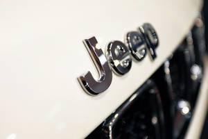 """Nahaufnahme von """"Jeep"""" Logo mit Bokeh auf weißem Hintergrund"""