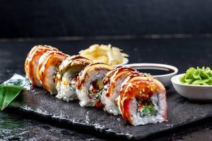 Nahaufnahme von Rainbow Dragon Sushi Rollen auf schwarzem Tablett