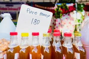 Nahaufnahme von reinem Honig in Flaschen, zum Verkauf