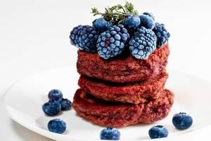 Nahaufnahme von Rote Bete Pfannkuchen, dekoriert mit Blaubeeren und Maulbeeren