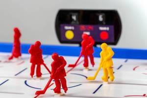 Nahaufnahme von roten und gelben Plastik Hockey-Spieler für Kinder