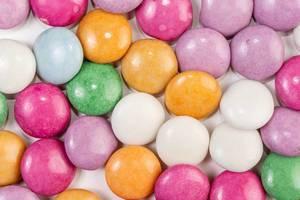 Nahaufnahme von runden bunten Schokoladen-Süßigkeiten
