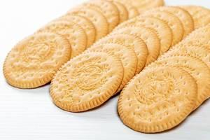 Nahaufnahme von runden Keksen auf einem Holztisch