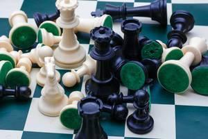 Nahaufnahme von Schachfiguren auf einem Schachbrett