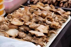 Nahaufnahme von Schweine-Grillfleisch auf einem Tablett