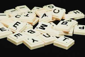 Nahaufnahme von Scrabble-Steinen