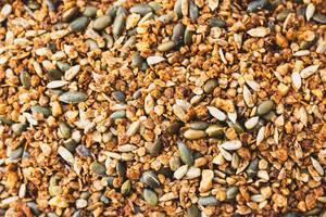 Nahaufnahme von selbstgemachtem Granola, bestehend aus gehackten Nüssen, Kernen und Samen