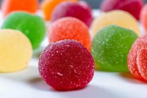 Nahaufnahme von Süßigkeiten aus Gelee mit Zuckerpulver