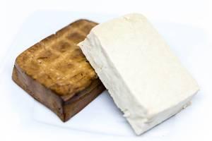 Nahaufnahme von Tofu und Räucher-Tofu