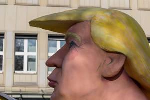 Nahaufnahme von Trumps Gesicht auf dem Wagen - Kölner Karneval 2018