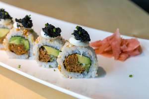 "Nahaufnahme von veganem Sushi  und japanischer Hauptspeise ""Lucky No Fish"" mit Avocado, Kimchi-Sesam, veganem Thunfisch & veganem Kaviar"