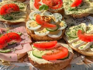 Nahaufnahme von verschiedenen Sandwiches mit Eiern, Schinken und Käse