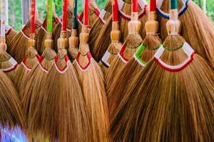 Nahaufnahme von vielen, farbenfrohen Besen aus Reisig
