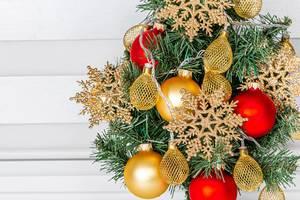 Nahaufnahme von Weihnachtsschmuck für den Weihnachtsbaum und Adventskranz, mit goldenen Weihnachtssternen