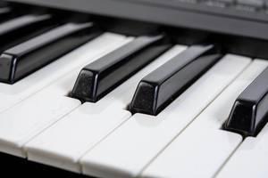 Nahaufnahme von weißen und schwarzen Tasten eines Synth-Keyboards