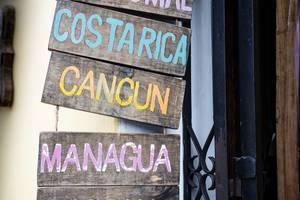 Namen verschiedener Touristenorte auf den Tafeln