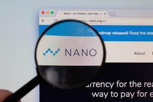 Nano-Logo am PC-Monitor, durch eine Lupe fotografiert
