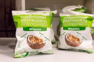 Natürliche, nicht frittierte, glutenfreie Kokosnuss-Chips mit Wasabi