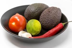 Naufnahme Guacamole Mix Zutaten - Avocado, Tomate, Zwiebel, Knoblauch, Limette und Chilischote