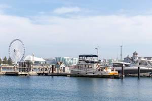 Navy Pier am Lake Michigan in Chicago mit Yachten und dem Centennial Wheel Riesenrad
