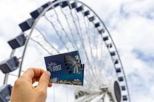 Navy Pier Freizeitpark: Mann hält Eintrittskarten  in der Hand, mit großem Riesenrad im Hintergrund