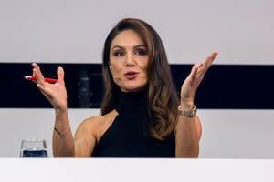 Nazan Eckes gestikuliert im Gespräch auf der Bühne des Digital X Events in Köln