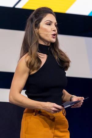 Nazan Eckes kündigt Carsten Maschmeyer auf der Bühne der Digital X an
