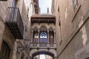 """Neogotische Seufzerbrücke und Sehenswürdigkeit """"Pont Gòtic"""" in """"El Barri Gòtic """", dem ältesten Stadtviertel von Barcelona, Spanien"""
