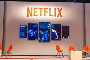 Netflix Serienvorstellung auf mehreren Bildschirmen auf der Gamescom in Köln