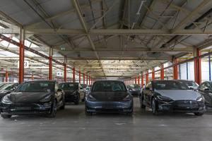 Neue Tesla Model 3 Elektroautos im Teslalager in Neuss, Deutschland
