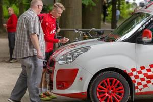 Neuer 1. FC Köln Spieler unterschriebt ein Auto