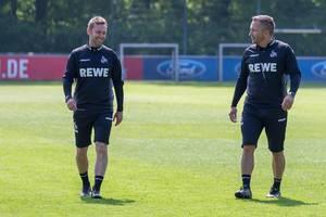 Neues 1. FC Köln Trainerduo André Pawlak und Manfred Schmid lachen zufrieden nach dem ersten gemeinsamen Training