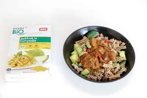 Neues veganes Bioprodukt von Rossmann ausprobiert - Nudeln mit Jackfruit in Currysauce auf schwarzem Teller
