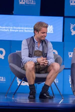 Nico Rosberg lauscht dem Gespräch