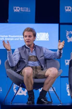 Nico Rosberg mit ausgebreiteten Armen auf rundem Sessel