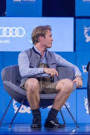Nico Rosberg wendet sich seinem Nebenmann zu