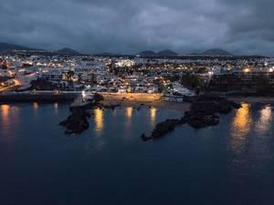 Night reflection of resort city in the ocean / Nachtreflexion der Urlaubsstadt im Ozean