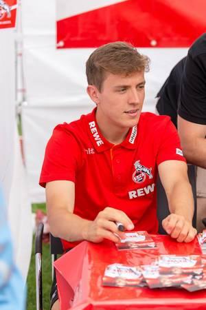 Niklas Hauptmann während der Autogrammstunde