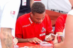 Nikolas Nartey gibt Autogramme bei der Saisoneröffnung 2018/2019