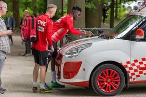 Nikolas Nartey signiert ein Auto
