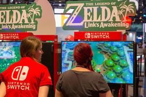 """Nintendo Switch Team auf der Gamescom in Köln, mit einer Spielemessebesucherin vor dem neuen Zelda-Videospiel """"Link"""