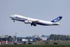 Nippon Cargo Airline NCA startet vom Amsterdam Schiphol Flughafen