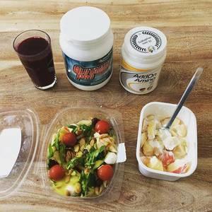 Noch 16 Tage bis zum #berlinmarathon. So sieht die Regeneration nach meinem 21km Nüchternlauf aus. Bis auf das Arginin alles lecker. Rote Beete ist natürlich Geschmackssache. ??#Quark #rotebeete #salat #arginin #sports #healthy #instafood