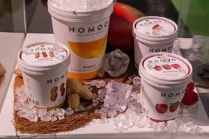 Nomoo - glutenfreie, vegane Bio-Eiscreme mit Erdnuss, Mango in Himbeere