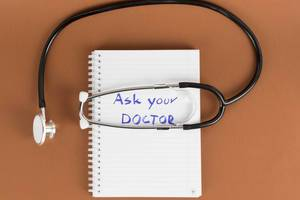 Notizbuch und ein Stethoskop. Fragen Sie Ihren Arzt