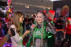 ntv interviewt eine Cosplayerin auf der Gamescom